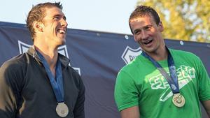 Michael Phelps (esquerra) i Ryan Lochte xerren al podi de la prova de 200 metres dels Campionats dels EUA.