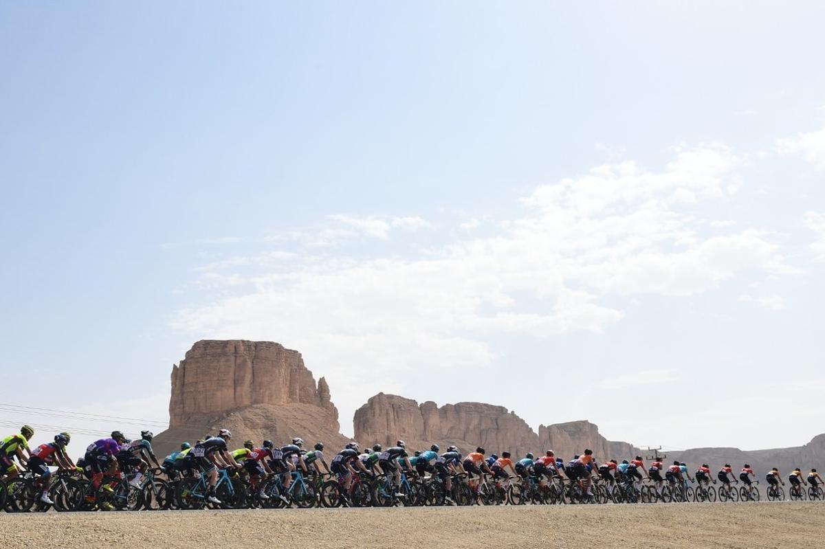 El pelotón transita durante la primera etapa del Tour de Arabia Saudí.