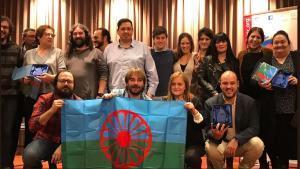 Quim Masferrer(centro), con representantes dela Federació Catalana d'Associacions Gitanes de Catalunya.