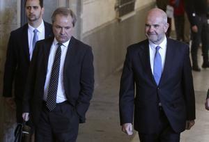 El expresidente de la Junta de Andalucía, Manuel Chaves (a la derecha), a su llegada al juzgado de instrucción número6 de Sevilla para prestar declaración ante el juez Álvaro Martín por el caso de los ERE.
