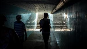 Z.M., en un túnel cercano a la estación de metro de Calella, ciudad donde ha estado durmiendo en la playa después de ser expulsado del sistema de protección.