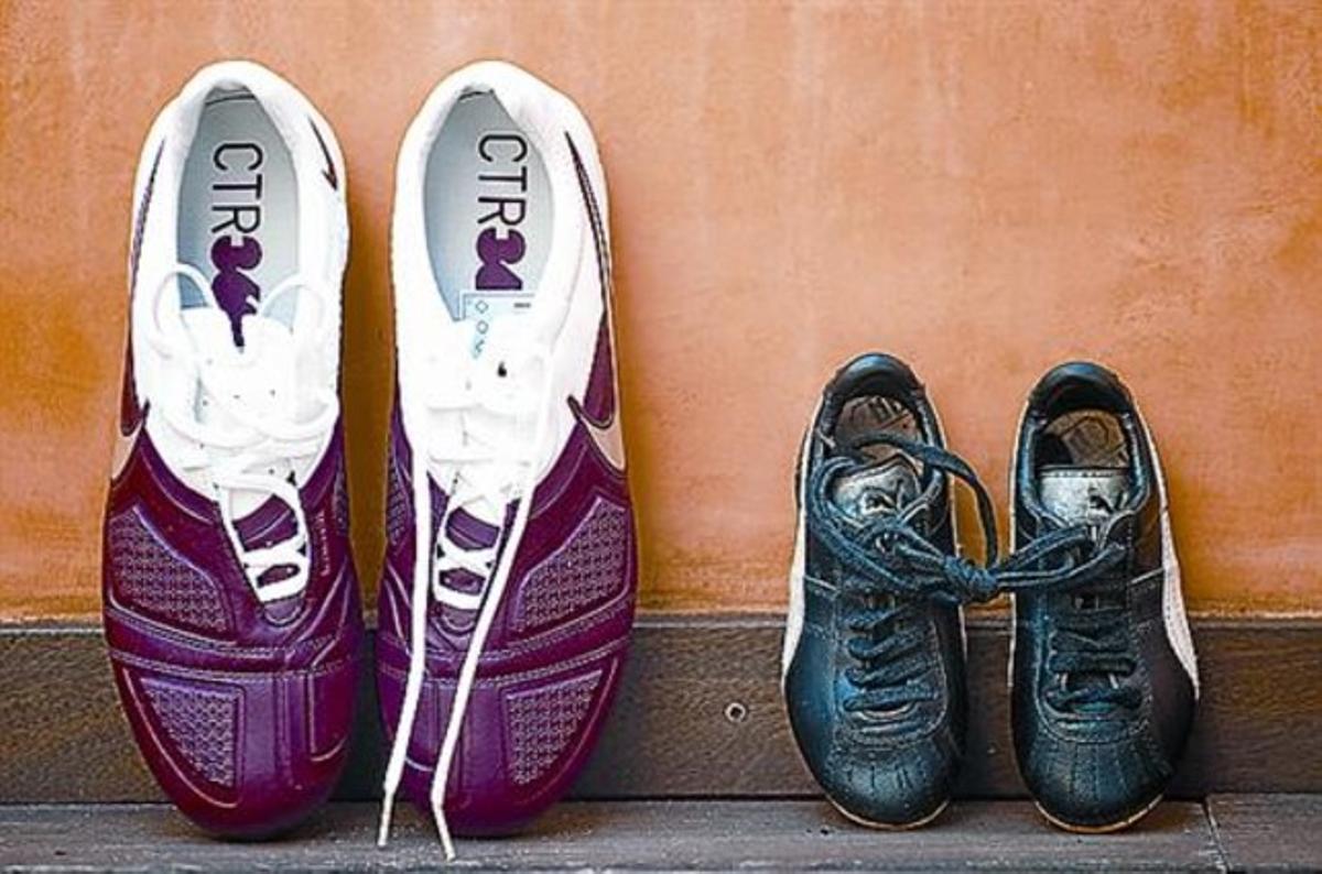 Las primeras botas, del número 29 (derecha), y unas de las últimas.