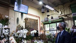Una de las pantallas instaladas en Flores Navarro, donde se han desplegado cámaras, sensores y otras herramientas digitales, durante la visita del concejal Collboni.