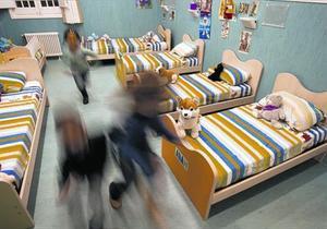 Varios niños tutelados corren en la habitación que ocupan en un CRAE, en el 2011.