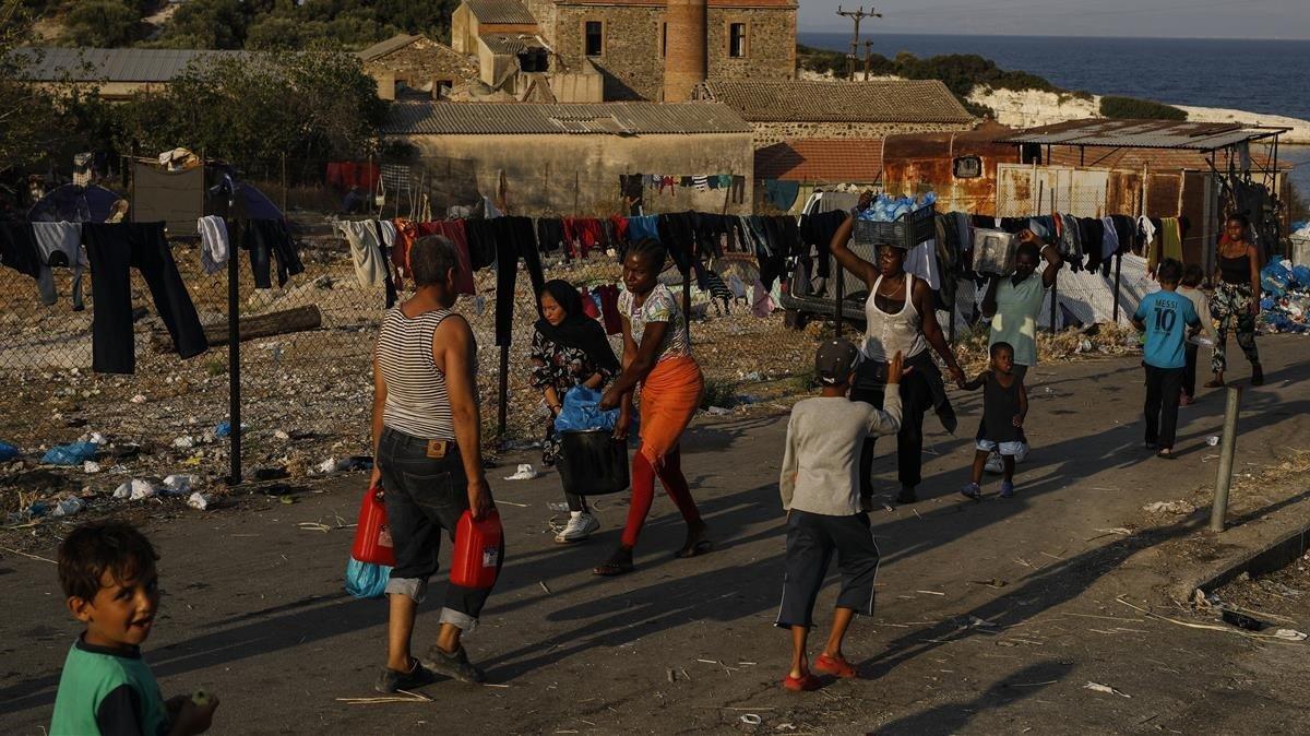 Inmigrantes sobreviven en un edificio inhabitado de la isla griega de Lesbos tras el incendio del campo de Moria.