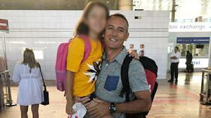 Oscar Ballester y su hija Natalia el pasado verano en el aeropuerto de Barcelona.