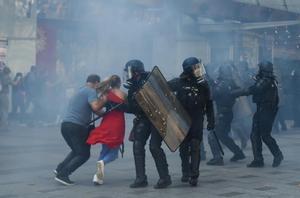 Manifestantes huyen del gas lacrimógeno, en la manifestación de los 'chalecos amarillos' en París.