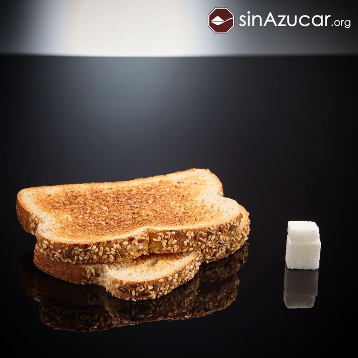 2 tostadas de pan de molde tienen 6 gr de azúcar. Un terrón y medio.