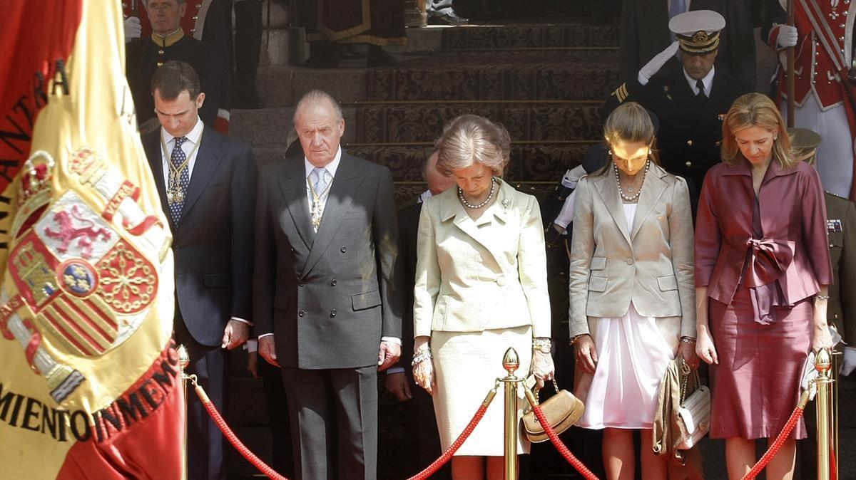 El rey Felipe VI, Juan Carlos I, Sofía de Grecia y las infantas Elena y Cristina en el acto solemne de apertura de la IX legislatura, en abril de 2008.