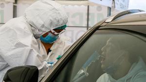 Un trabajador sanitario toma muestras de un ciudadano para realizarle la prueba de covid en Almatý, en Kazajistán, el pasado día 5.