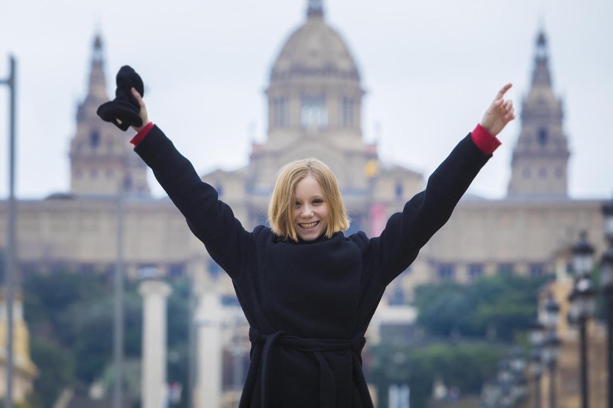 Laia Manzanares, en la avenida de la reina Maria Cristina, con el Palau Nacional al fondo.