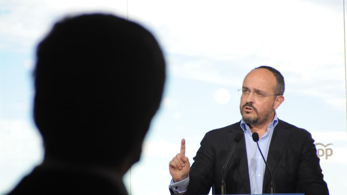 Alejandro Fernández, candidato del PP a la presidencia de la Generalitat, en un acto de campaña en Badalona, el 31 de enero.