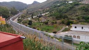 Los tubos antitrepados ya coronan gran parte del vallado de Ceuta