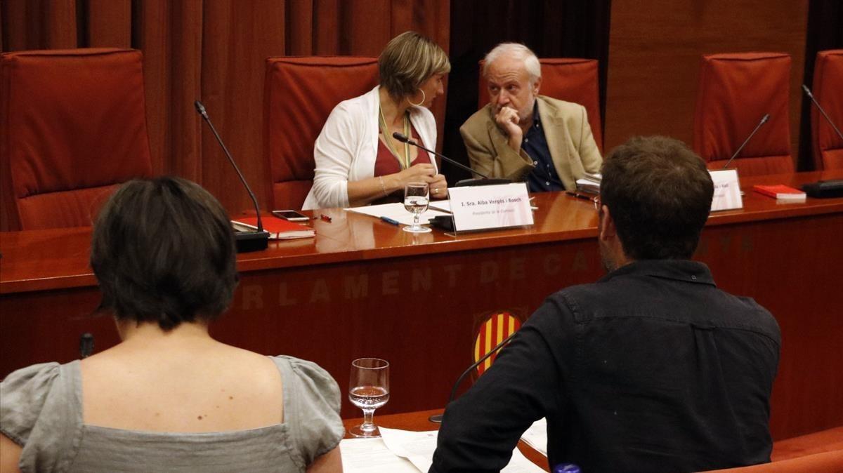 La presidenta de la comisión de la Operación Cataluña, Alba Vergès, habla con un letrado del Parlament, este martes, durante la presentación delas conclusiones.