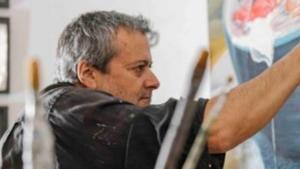 El artista chileno Guillermo del Valle, en pleno proceso creativo en su taller.