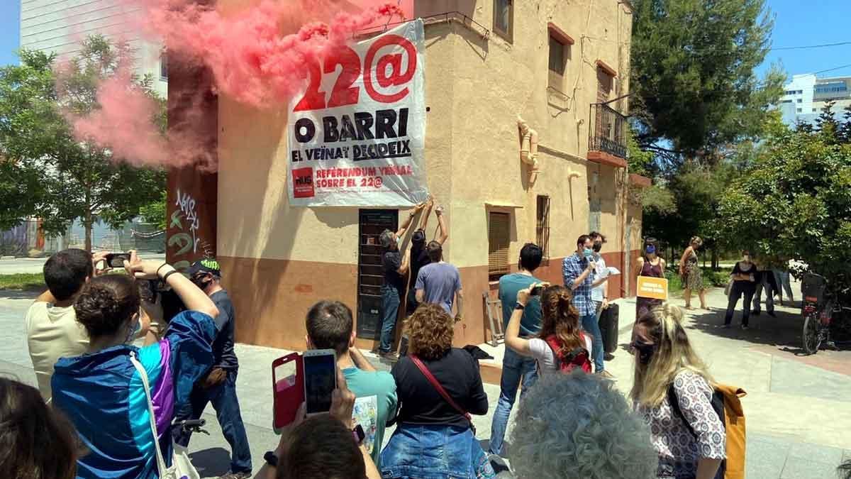 Acto en el que el Sindicat de Barri del Poblenou anuncia un referéndum vecinal sobre el futuro del 22@.