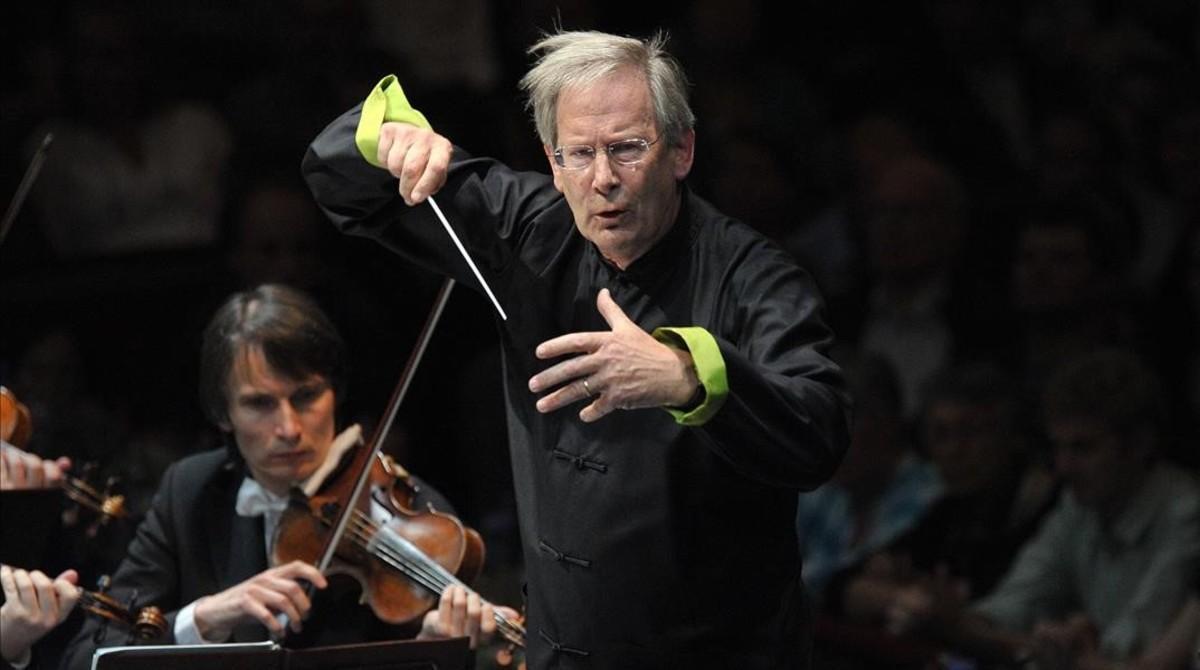 John Eliot Gardiner, autor de 'La música en el castillo del cielo', dirigiendo un concierto en L'Auditori de Barcelona, el pasado 24 de enero.
