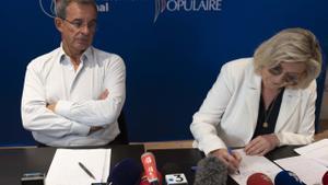 El candidato de Reagrupación Nacional en la región de Provence-Alpes-Côte d'Azur (PACA), Thierry Mariani, con la líder del partido, Marine Le Pen, en un acto de campaña.