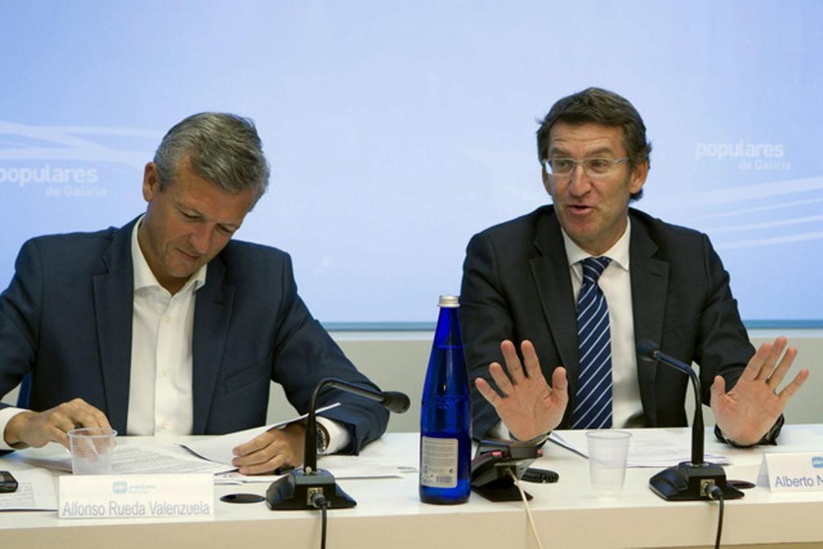 Alberto Núñez Feijóo (derecha) junto al consejero de Presidencia de la Xunta, Alfonso Rueda, el martes, en Santiago de Compostela.