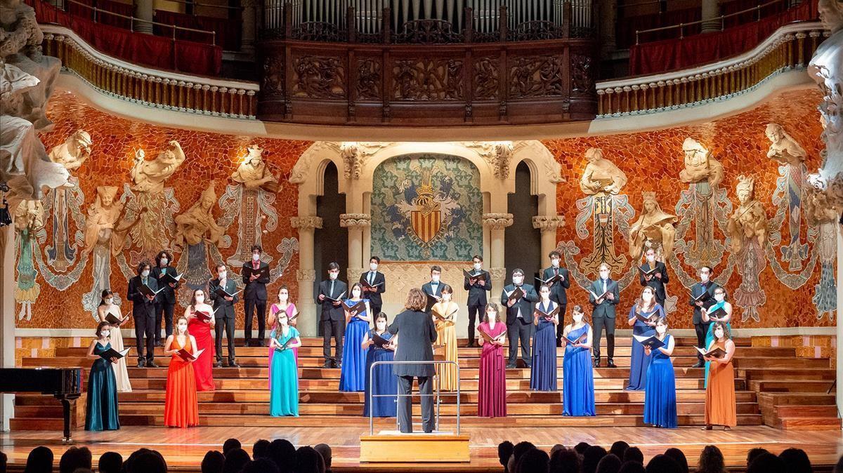 El Cor Jove Nacional de Catalunya, dirigido por Mireia Barrera, durante su concierto en el Palau de la Música el pasado jueves.