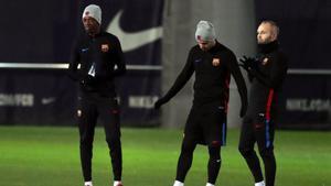 Dembélé, Mascherano e Iniesta, en el entrenamiento del Barça en la ciudad deportiva de Sant Joan Despí.
