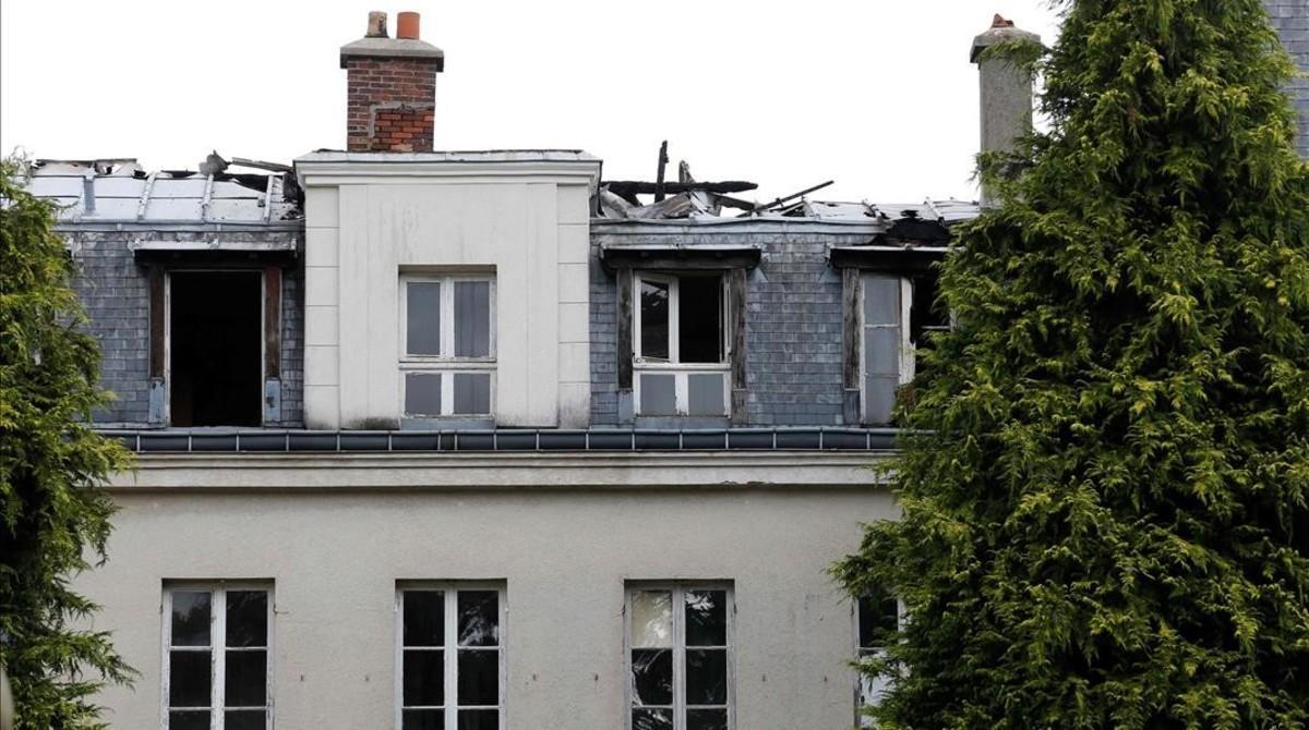 Daños en el edificio para inmigrantes incendiado este martes por la madrugada en Forges-les-Bains, a 50 kilómetros de París.