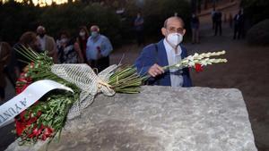 Rafael Cano Guervos, decano de la Facultad de Ciencias Económicas, pone flores en el monolito del parque García Lorca, este lunes,en Alfacar, en el acto de homenaje al poeta.