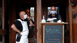 Camareros con mascarilla en un restaurante en Bruselas.