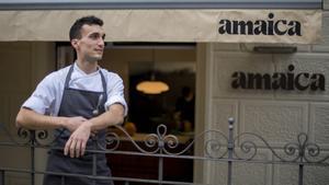 El cocinero Carlos Salvador, en la entrada de su restaurante, Amaica, en Barcelona.