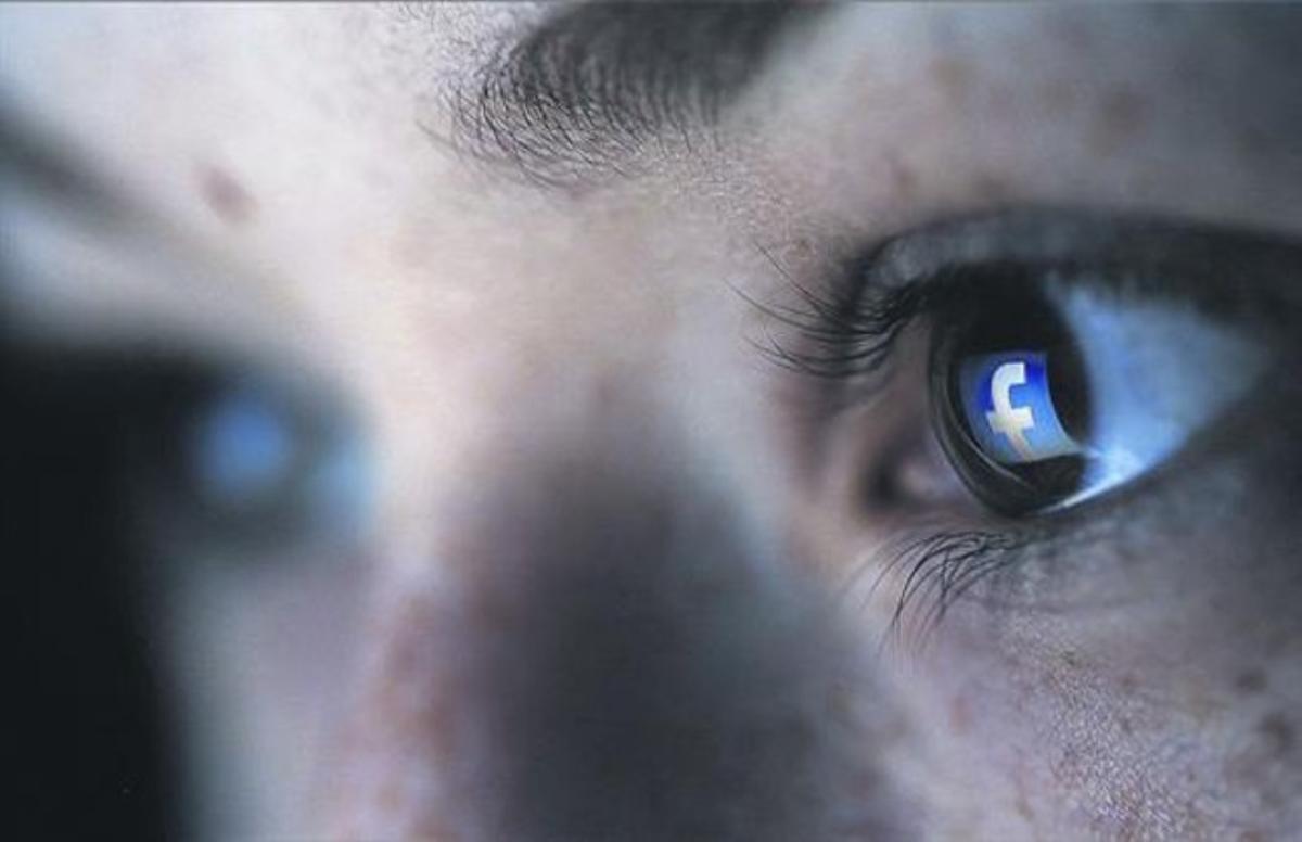 Logotipo de Facebook en los ojos de una internauta.