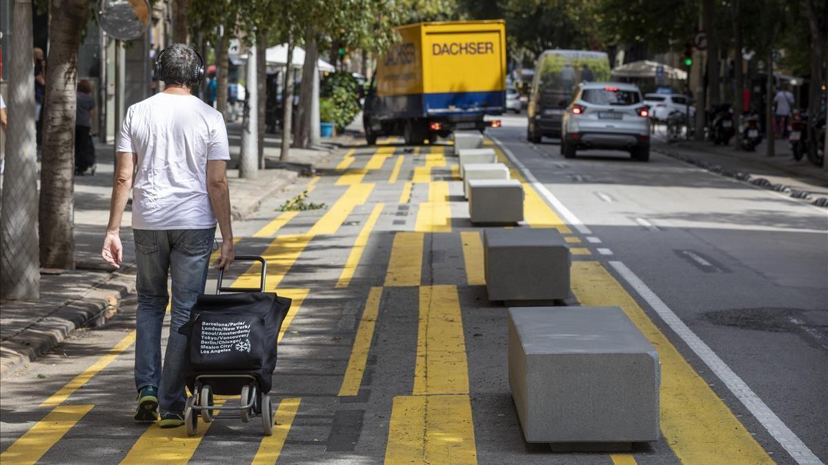 Barcelona 07 09 2020 La fiscalia admite a tramite la ilegalidad de los bloques de cemento en la calle Consell de Cent  que instalo Colau para tema Covid Foto Ferran Nadeu
