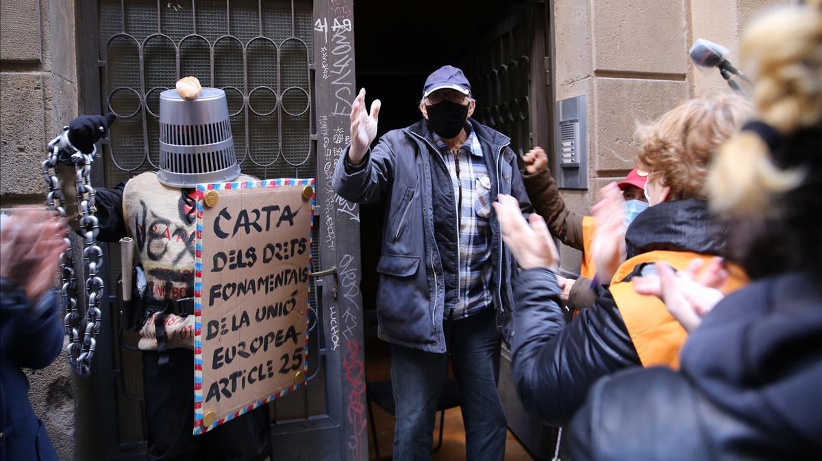 Alejandro saluda a los concentrados ante su vivienda, ayer tras posponerse el desahucio de su piso.