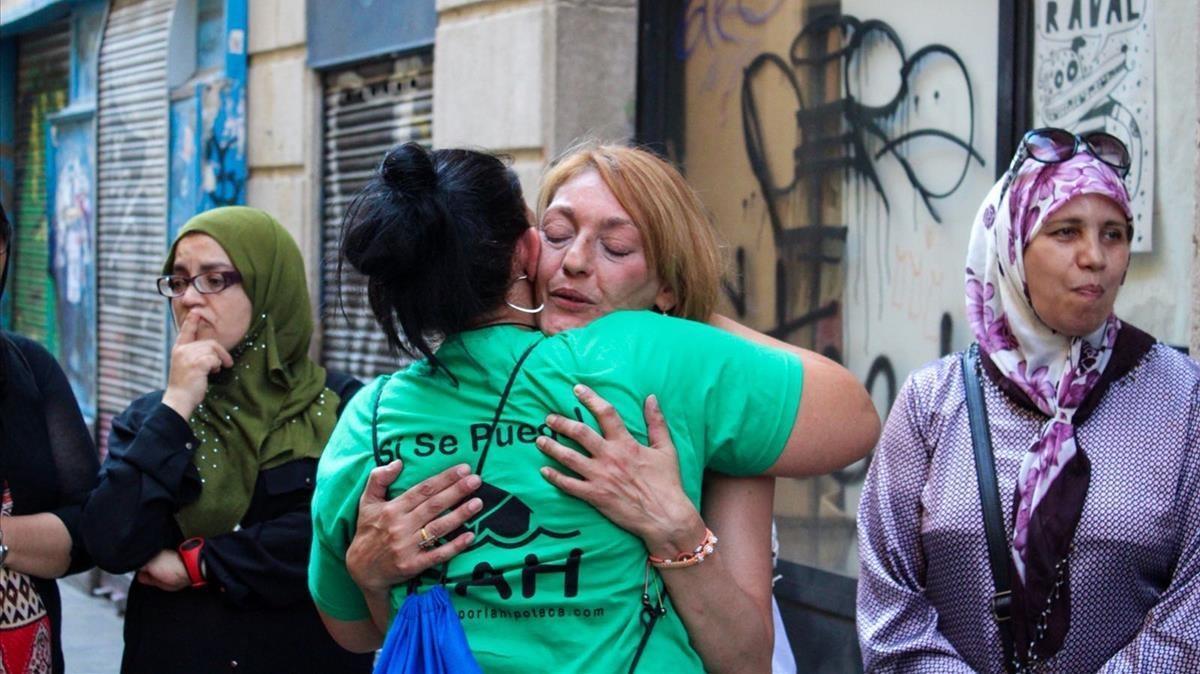 Desahucio en la calle Espalter. En el centro, una de las afectadas, Mari.