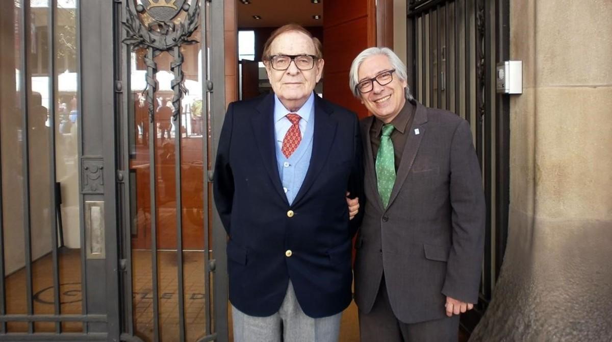 Tamames, izquierda, y Aurín ante la puerta del Cercle d'Economia.
