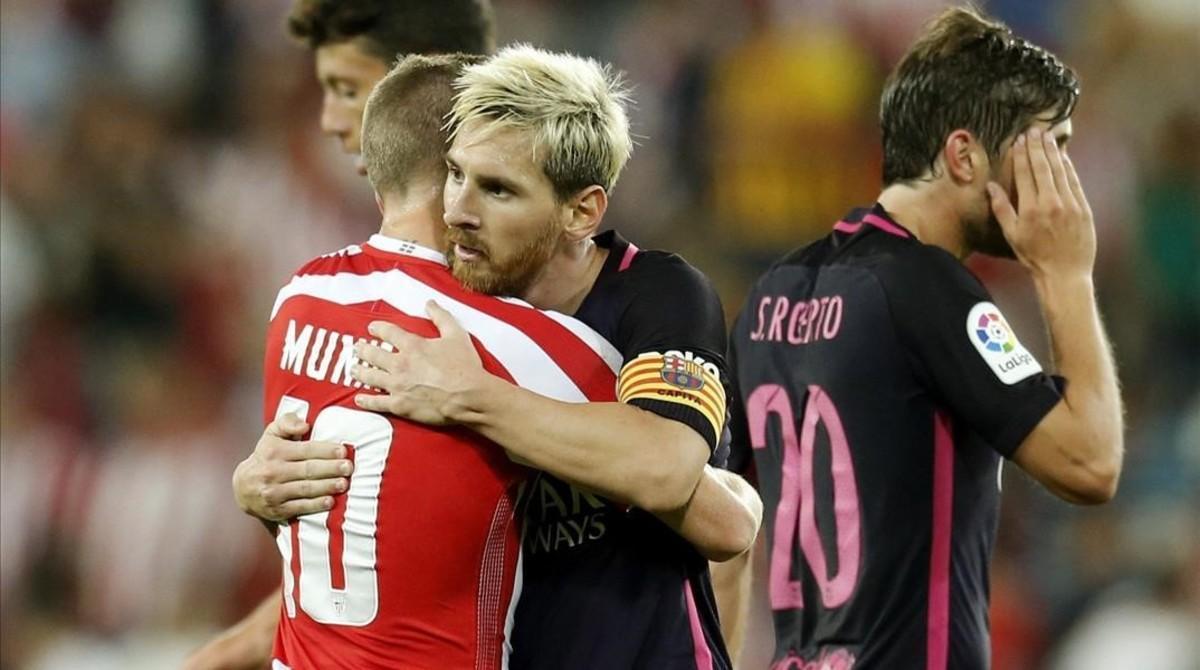 Messi se abraza a Muniain tras el partido.