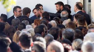 La familia de Julen Roselló, arropada por multitud de vecinos durante el funeral del niño.