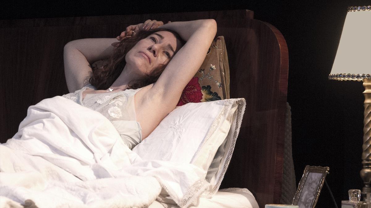 La actrizÀngels Bassas representa a Molly Bloom en la Sala Muntaner.