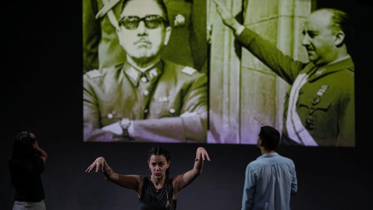 La obra también habla del paralelismo entre Pinochet y Franco.