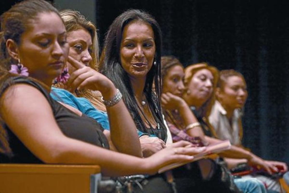 Orgullo 8 Varias participantes, en la inauguración del congreso internacional de mujeres gitanas, ayer en Barcelona.