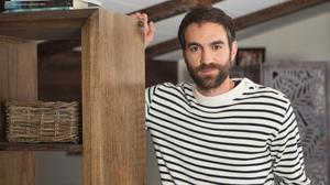 El actor Jon Plazaola es Iñaki en la serie 'Allí abajo', de Antena 3.