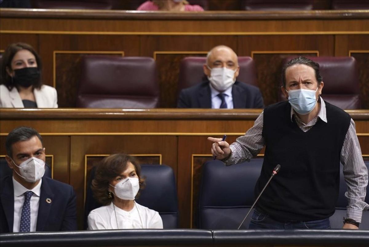 Pedro Sánchez, junto con los vicepresidentes Carmen Calvo y Pablo Iglesias, este 18 de noviembre durante la sesión de control al Gobierno en el Congreso.