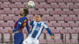 Piqué pelea con Raúl de Tomás en el derbi contra el Espanyol en el Camp Nou.