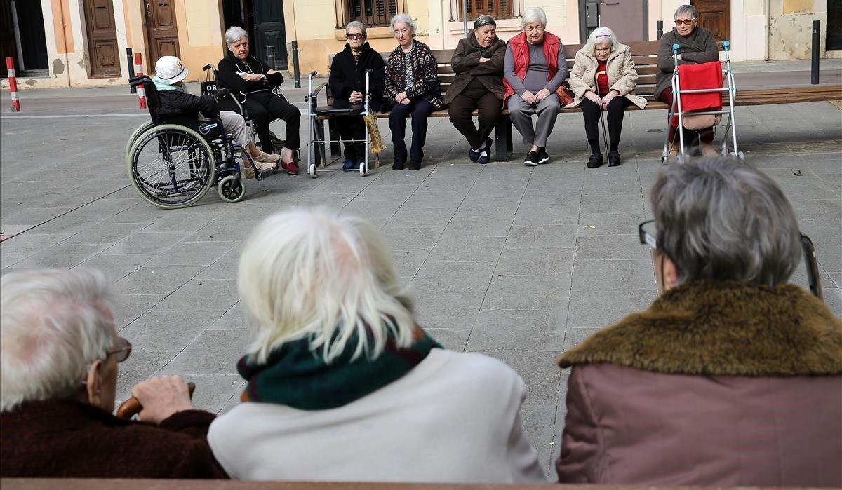 Personas mayores en el barrio de Gràcia de Barcelona.