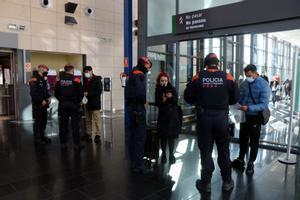 Los Mossos realizan controles de desplazamiento en la estación del AVE de Camp de Tarragona.