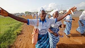 Una mujer celebra en Monrovia, la capital de Liberia, el final de la epidemia en su país.