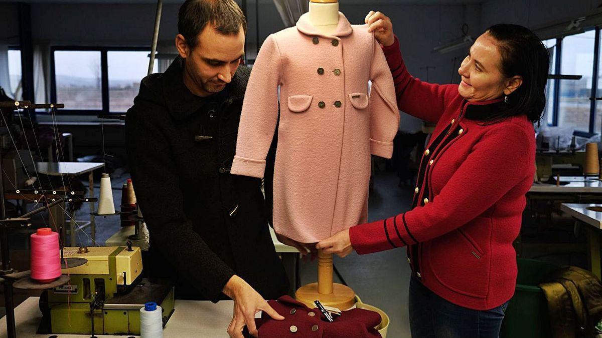 Raúl y Manoli Escudero con una de las piezas de su colección de abrigos.