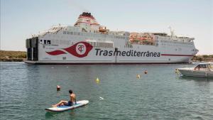 Un buque de Trasmediterránea abandona el puerto de Mahón hacia Barcelona.