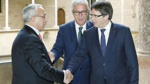 El presidente del COE, Alejandro Blanco, saluda al presidente de la Generalitat, Carles Puigdemont, en presencia del alcalde de Tarragona, Josep Fèlix Ballesteros, durante la reunión de este lunes sobre los Juegos Mediterráneos.