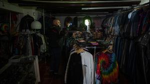 Comercio del Raval a oscuras, este enero.