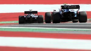 Hamilton toma una curva por delante de Kubica en Austria..